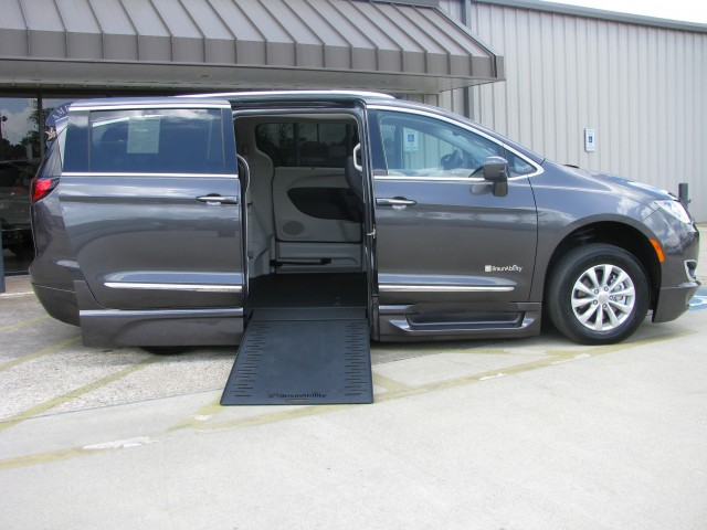 2018 Chrysler Pacifica BraunAbility Chrysler Entervan Xi Infloorwheelchair van for sale